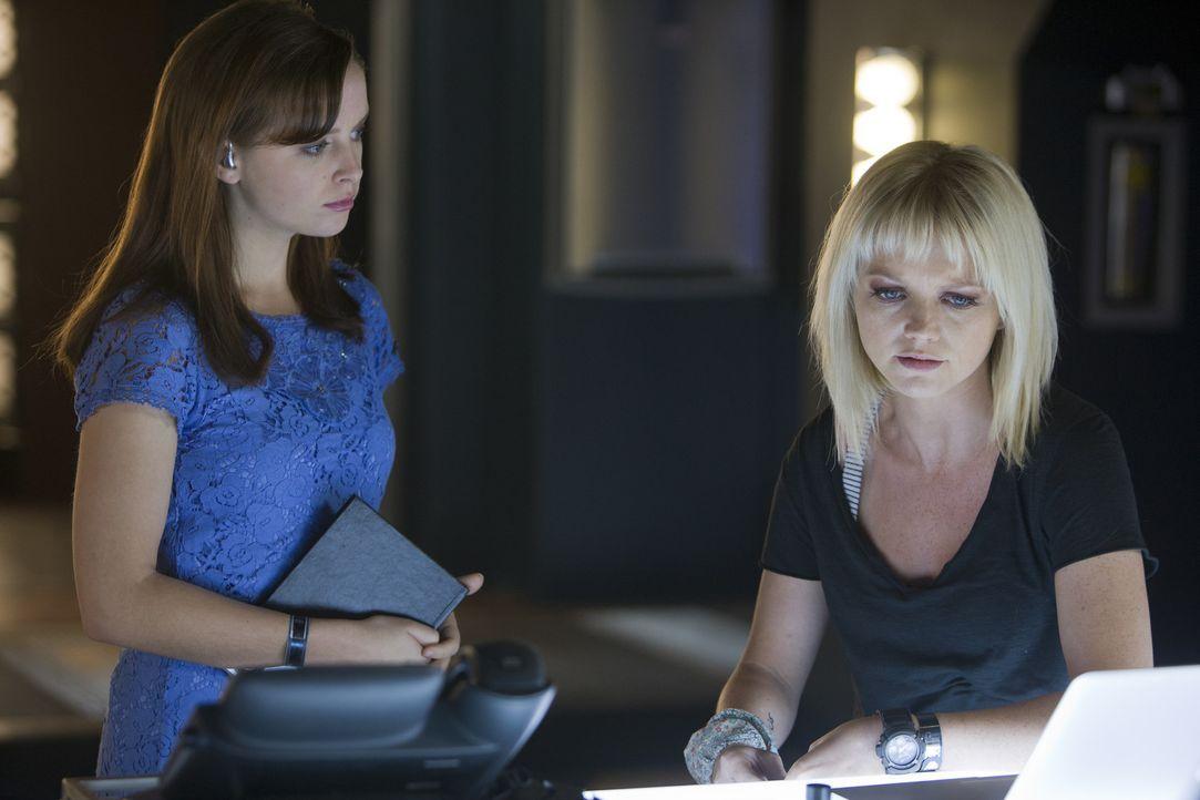 Machen sich Sorgen um Connor: Abby (Hannah Spearritt, r.) und Jess (Ruth Kearney, l.) ... - Bildquelle: ITV Plc