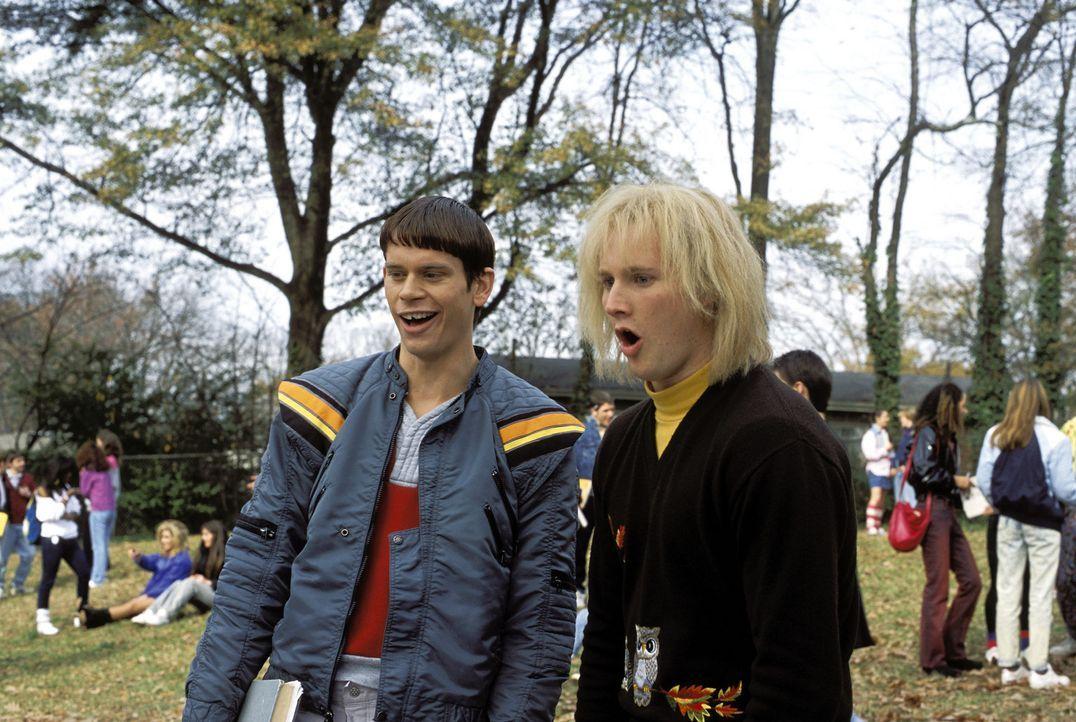 Harry Dunne (Derek Richardson, r.) und Lloyd Christmas (Eric Christian Olsen, l.) sind wahrlich nicht zu intellektuelle Höchstleistungen fähig. De... - Bildquelle: Warner Bros.