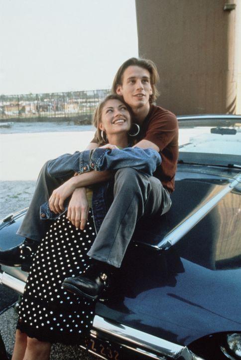 Als sich die selbstsüchtige Julie (Rebecca Gayheart, l.) in den attraktiven Zack (Chad Christ, r.) verliebt, will sie nicht länger mit einer Lüge we... - Bildquelle: Columbia TriStar