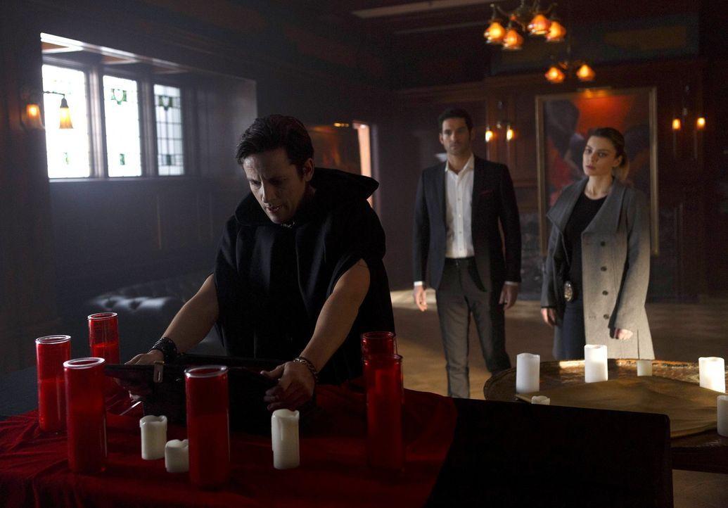 Hat der Satanisten-Priester Onyx (Ross McCall, l.) etwas mit dem Tod der jungen Frau zu tun oder wird er Lucifer (Tom Ellis, M.) und Chloe (Lauren G... - Bildquelle: 2016 Warner Brothers