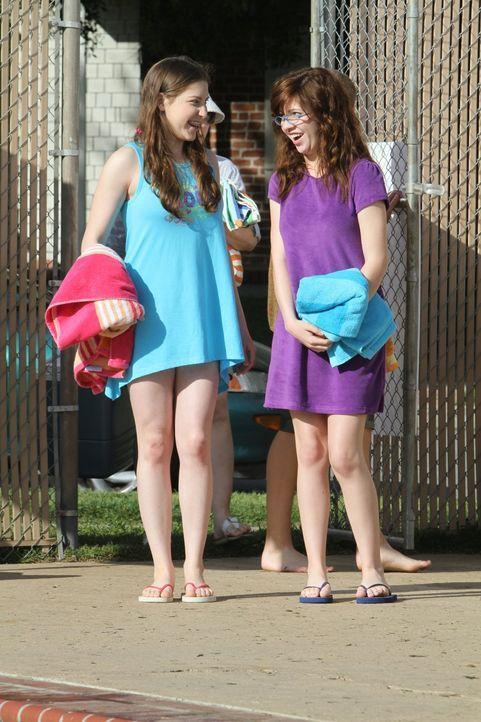 Obwohl sie Stunden damit zugebracht hat einen passenden Badeanzug finden, traut sich Sue (Eden Sher, l.) letztendlich nicht damit herumzulaufen und... - Bildquelle: Warner Brothers