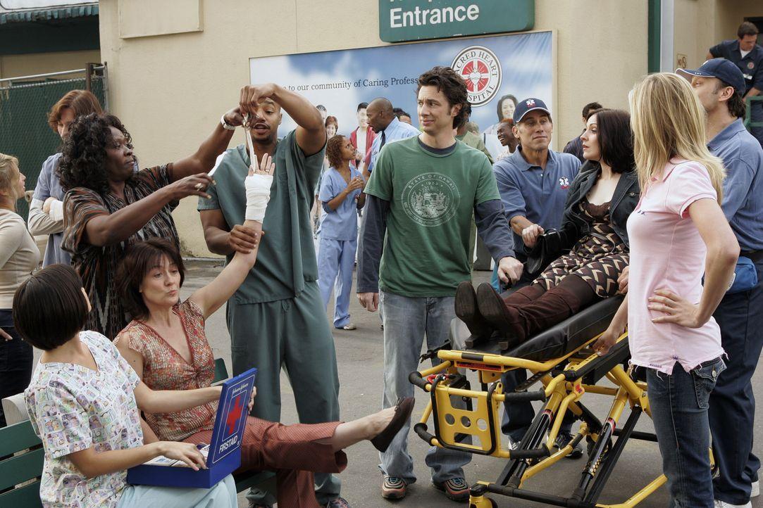 Das Sacred Heart hat eine besondere Patientin (Stephanie D'Abruzzo, liegend), die sich vorkommt, als wäre sie in einem Musical, denn alle Menschen... - Bildquelle: Touchstone Television