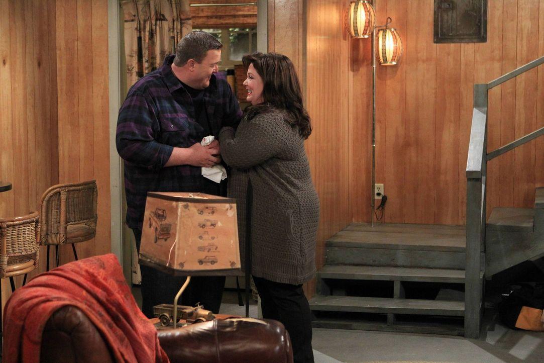 Mike (Billy Gardell, l.) beginnt, den Keller in einen Wohnbereich für ihn und Molly (Melissa McCarthy, r.) umzuwandeln, doch die Bauarbeiten sind m... - Bildquelle: Warner Brothers