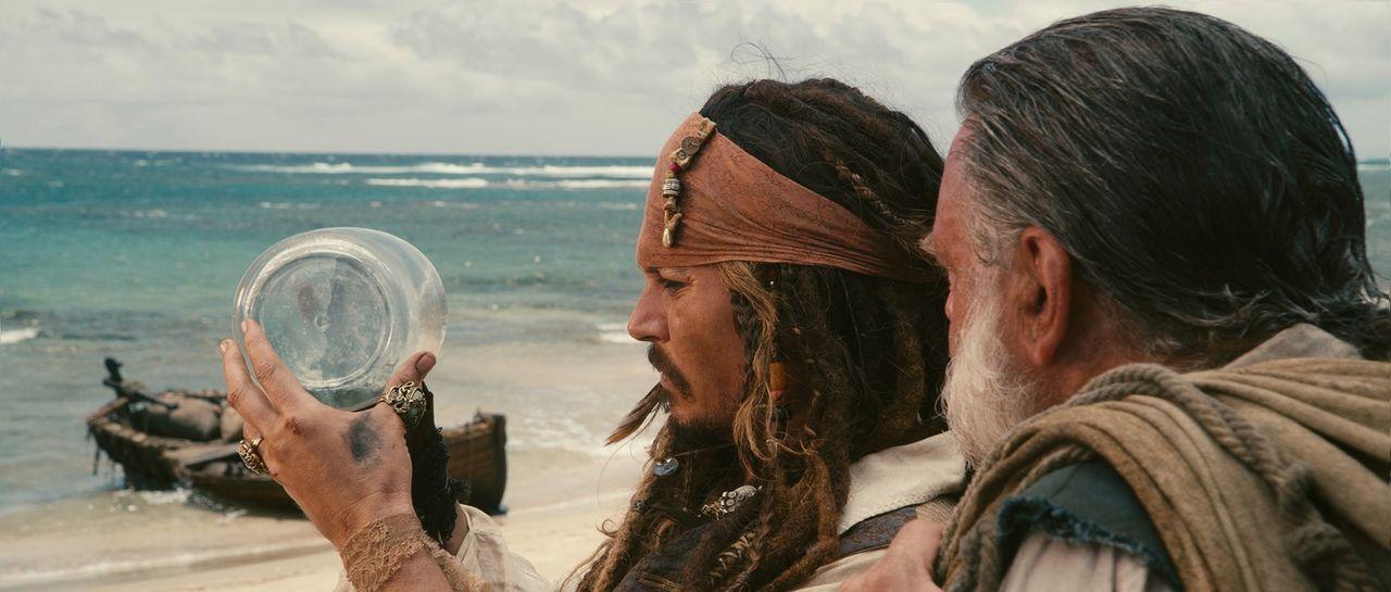 """Unglücklicherweise hat der skrupellose Pirat Blackbeard Jacks (Johnny Depp, l.) und Gibbs' (Kevin McNally, r.) geliebte """"Black Pearl"""" auf Minigröße... - Bildquelle: WALT DISNEY PICTURES/JERRY BRUCKHEIMER FILMS.  All rights reserved"""