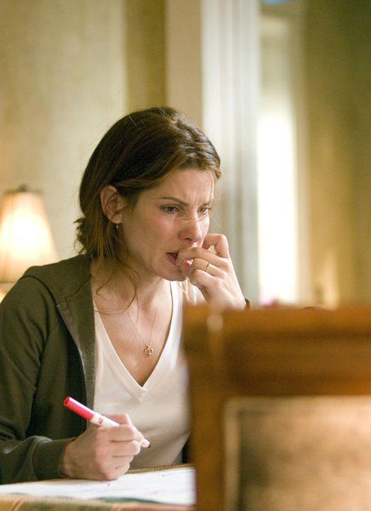Um die Ereignisse zu rekonstruieren, stellt Linda (Sandra Bullock) einen Zeitplan auf. Dabei erkennt sie, dass sie einen Tag in der Gegenwart und ei... - Bildquelle: KINOWELT FILMVERLEIH GMBH