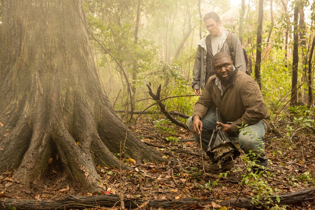 Ahnen nicht, dass die versuchte Jagd auf einen kranken Wolf eine fulminante Gefahr birgt: Abraham (Nonso Anozie, vorne) und Mitch (Billy Burke, hint... - Bildquelle: Steve Dietl 2015 CBS Broadcasting Inc. All Rights Reserved.