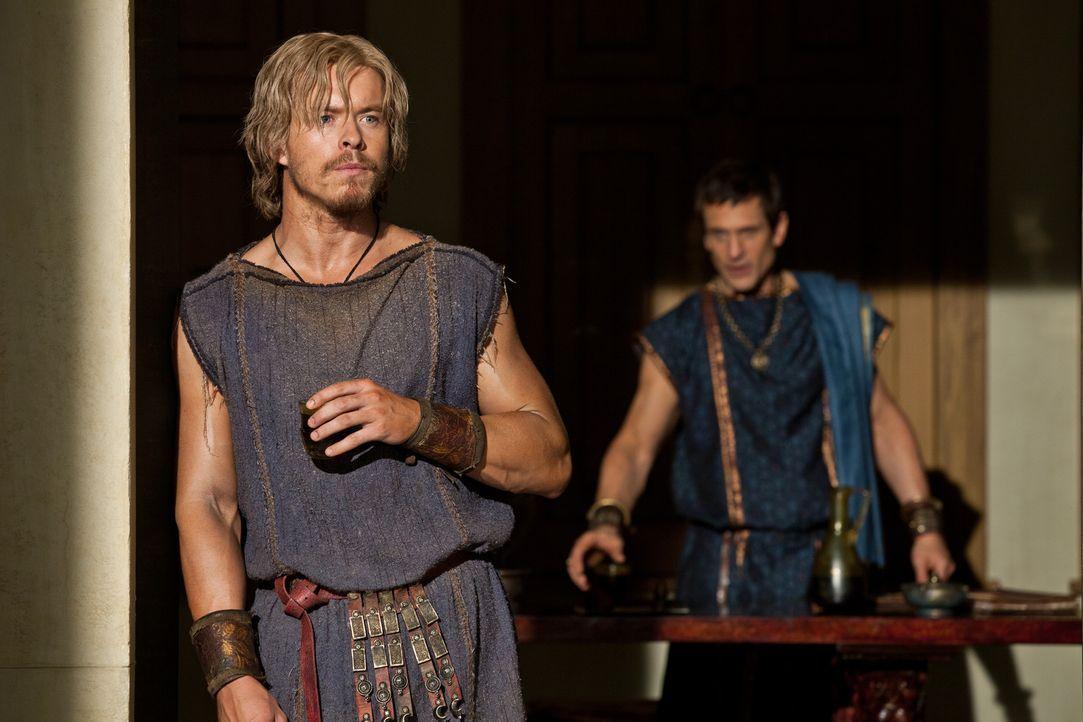 Lässt sich von Marcus Crassus (Simon Merrells, r.) überreden, gegen Spartacus zu Felde zu ziehen: Julius Caesar (Todd Lasance, l.) ... - Bildquelle: 2012 Starz Entertainment, LLC.  All Rights Reserved