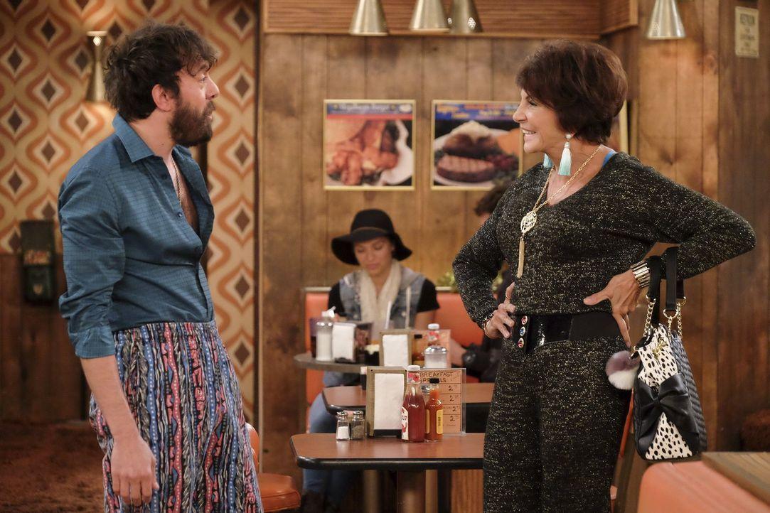 Der Besuch seiner Mutter Olga (Mercedes Ruehl, r.) ist für Oleg (Jonathan Kite, l.) alles andere als ein Kinderspiel ... - Bildquelle: Warner Bros. Television