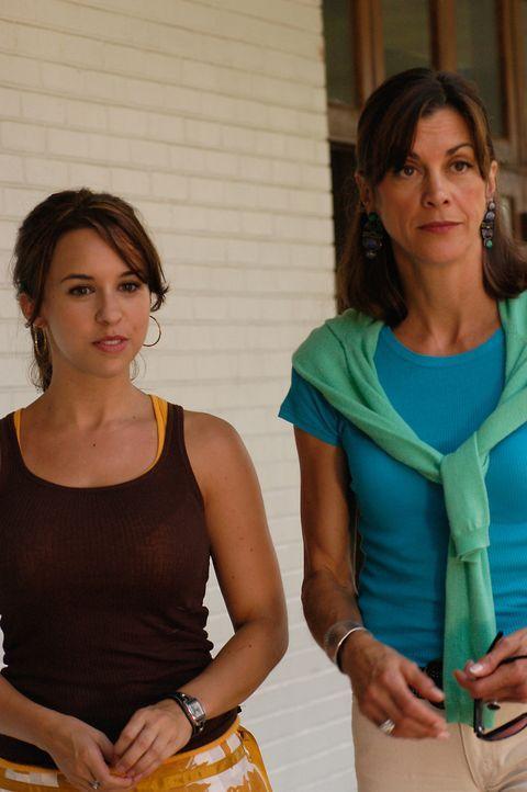 Barbara (Wendie Malick, r.) und ihre Tochter Olivia (Lacey Chabert, l.) können nicht glauben, dass sie eine Stieftochter, beziehungsweise eine Stief... - Bildquelle: ABC Family