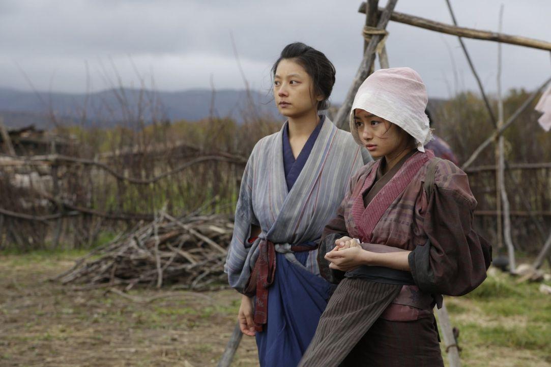Die ältere Prostituierte Okaji (Eiko Koike, l.) will es nicht hinnehmen, dass die beiden Männer, welche die junge Natsume (Shiori Kutsuna, r.) verun... - Bildquelle: Warner Bros.