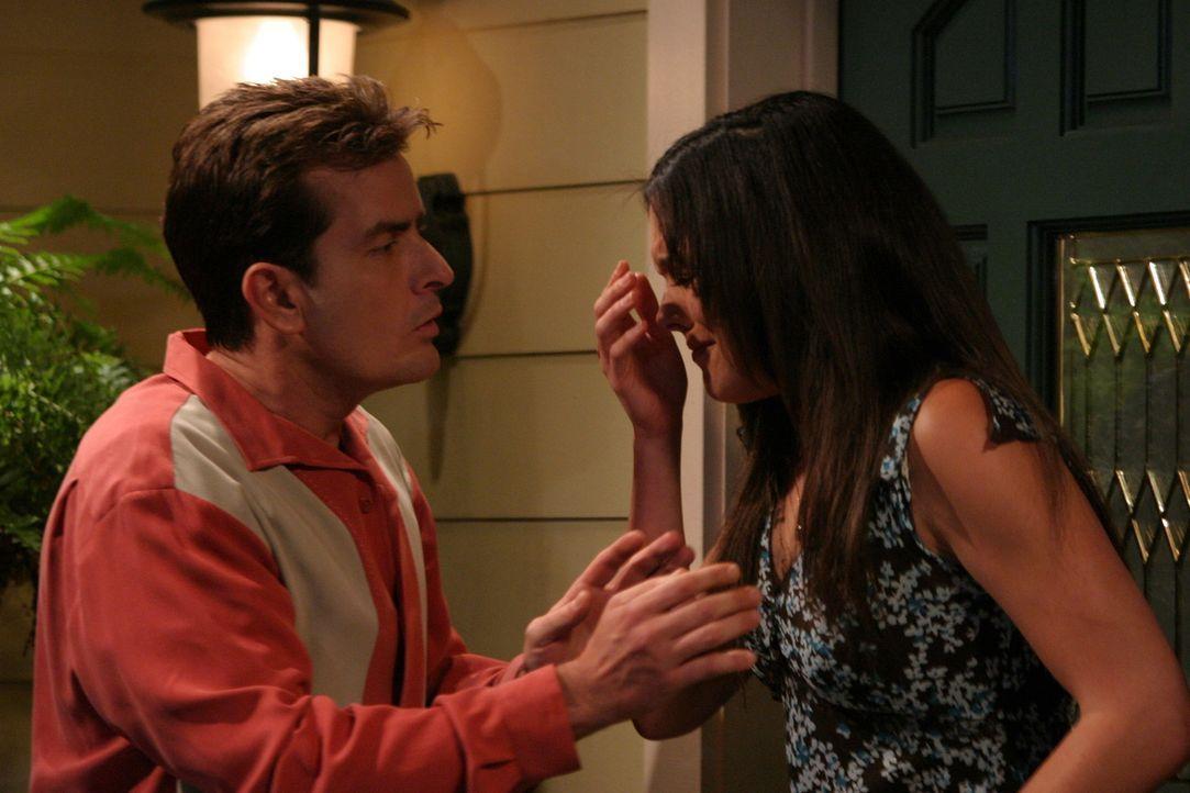 Charlie (Charlie Sheen, l.) lernt bei einem Fußballturnier die hübsche Kate (Liz Vassey, r.) kennen. Doch eine Romanze mit einer überlasteten All... - Bildquelle: Warner Brothers Entertainment Inc.