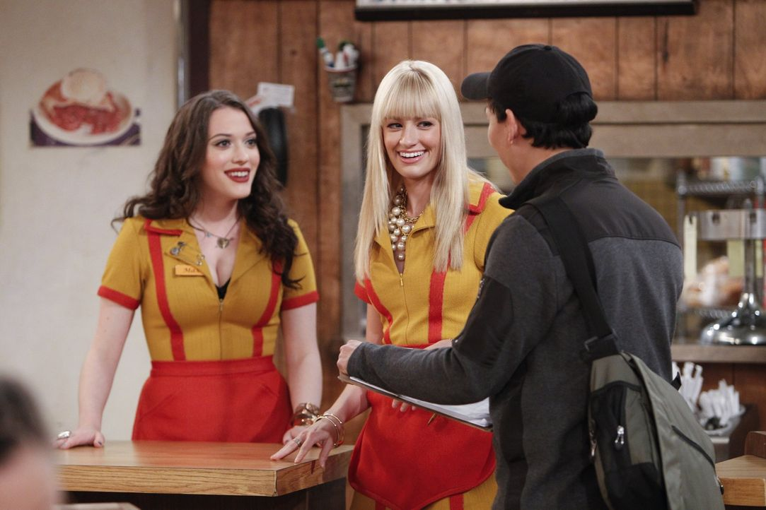 Max (Kat Dennings, l.) und Caroline (Beth Behrs, M.) haben Statistenrollen ergattert und sollen bei den Dreharbeiten einer beliebten Fernsehsendung... - Bildquelle: Warner Bros. Television