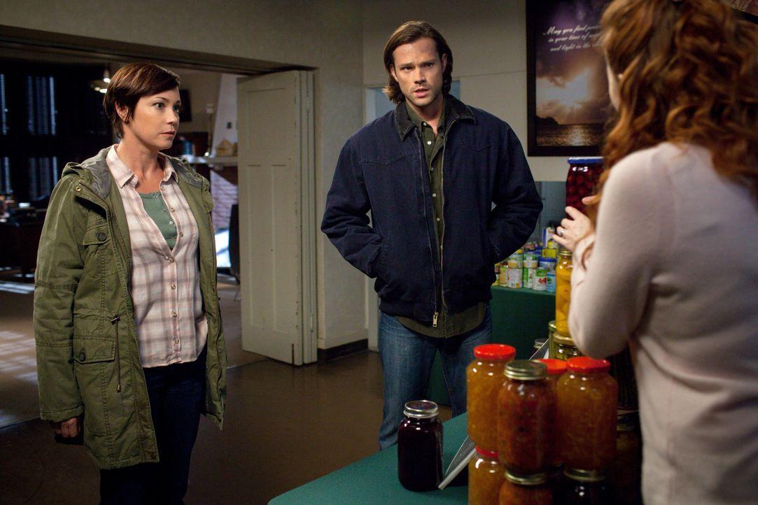 Sheriff Mills (Kim Rhodes, l.) und Sam (Jared Padalecki, M.) machen sich verzweifelt auf die Suche nach Dean, nachdem dieser sich mit einem weiblich... - Bildquelle: 2013 Warner Brothers