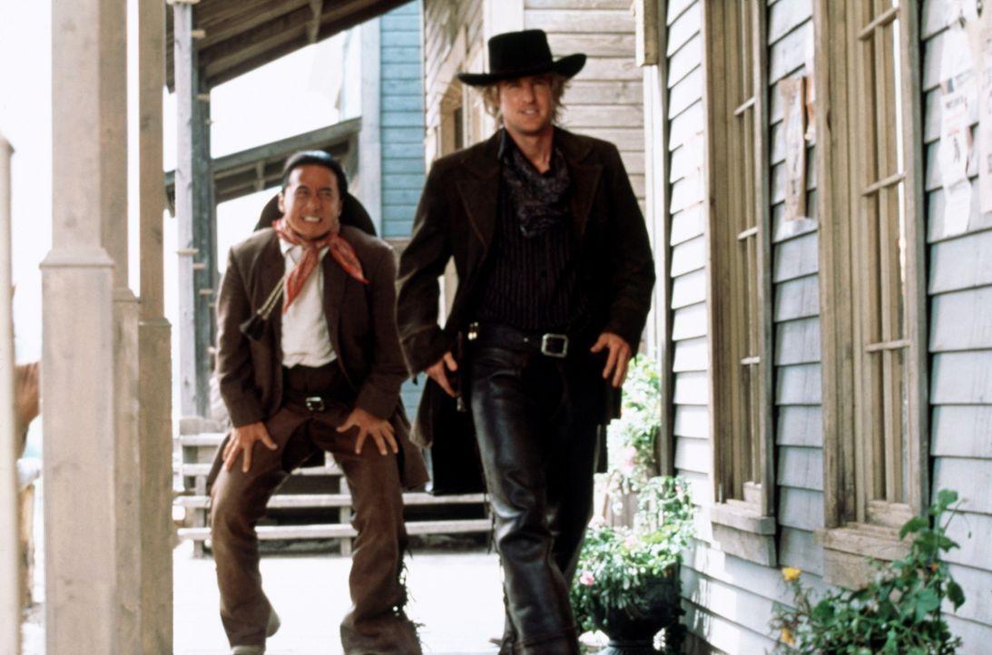 Erste Reitversuche mit seinem neuen Freund Roy (Owen Wilson, r.) enden für Chon (Jackie Chan, l.) äußerst schmerzhaft ... - Bildquelle: SPYGLASS ENTERTAINMENT GROUP, LP