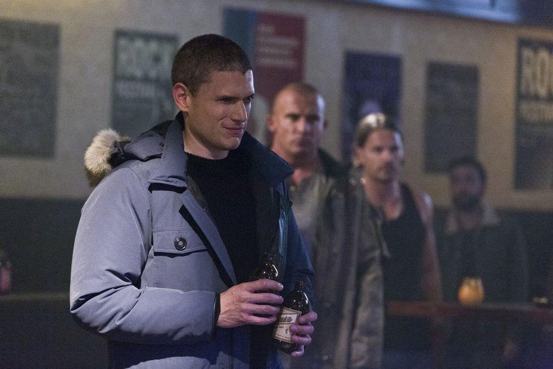 Das ganze Heldengetue gefällt Snart alias Captain Cold (Wentworth Miller, l.) überhaupt nicht. Er nutzt die Chancen der Zeitreise lieber für seine Z... - Bildquelle: 2015 Warner Bros.
