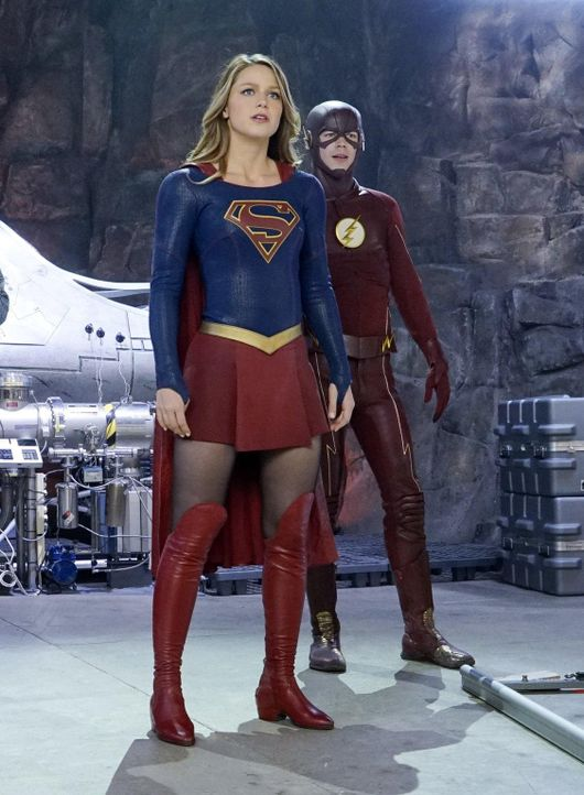 Supergirl (Melissa Benoist, l.) bekommt einen neuen Verbündeten: den blitzschnellen Flash (Grant Gustin, r.) ... - Bildquelle: 2015 Warner Bros. Entertainment, Inc.