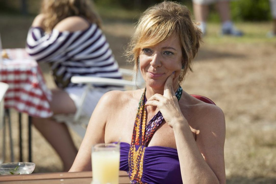 Spricht dem Alkohol gerne etwas zu viel zu: Betty (Allison Janney) ... - Bildquelle: 2013 Twentieth Century Fox Film Corporation.  All rights reserved.