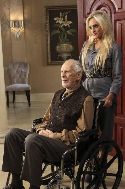 Während Harold (Jack Donner, l.) eine große Rolle bei Dalias (Carly Chaikin, r.) Zukunftsplänen spielt, gehen George und Tessa auf ein ganz besonder... - Bildquelle: Warner Brothers