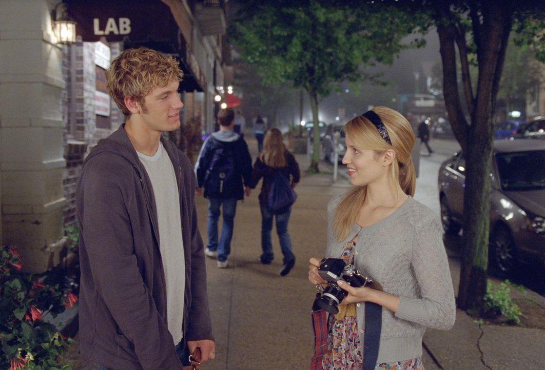 Als sich John (Alex Pettyfer, l.) in die hübsche Sarah (Dianna Agron, r.) verliebt, will er zum ersten Mal in seinem Leben nicht mehr auf der Fluch... - Bildquelle: DreamWorks II Distribution Co., LLC..  All rights reserved