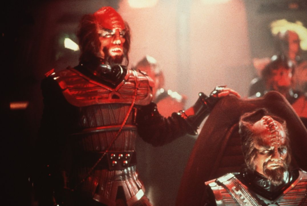 Der finstere Klingonen-Kapitän (Mark Lenard, l.) will die Enterprise zerstören ... - Bildquelle: Paramount Pictures