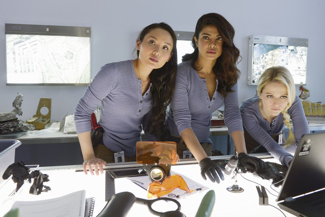 In Quantico steht die letzte Woche des Trainings an: Iris (Li Jun Li, l.), Alex (Priyanka Chopra, M.) und Shelby (Johanna Braddy, r.) müssen im  FBI... - Bildquelle: Philippe Bosse 2016 American Broadcasting Companies, Inc. All rights reserved.