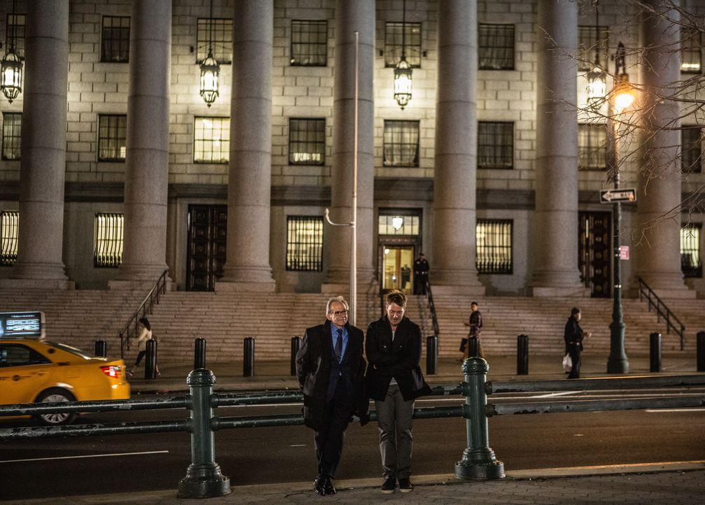 Während Brian (Jake McDorman, r.) versucht, einem alten Kumpel von Boyle zu helfen, verlangt sein Vater (Ron Rifkin, l.) von ihm, dass er aufhört, f... - Bildquelle: Giovanni Rufino 2015 CBS Broadcasting, Inc. All Rights Reserved
