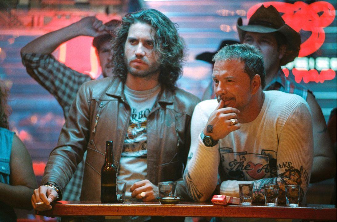 Eigentlich sind Choco (Edgar Ramirez, l.) und Ed (Mickey Rourke, r.) im Stripclub, um den Fahrer eines Geldtransporters zu entführen - doch der Abe... - Bildquelle: Constantin Film