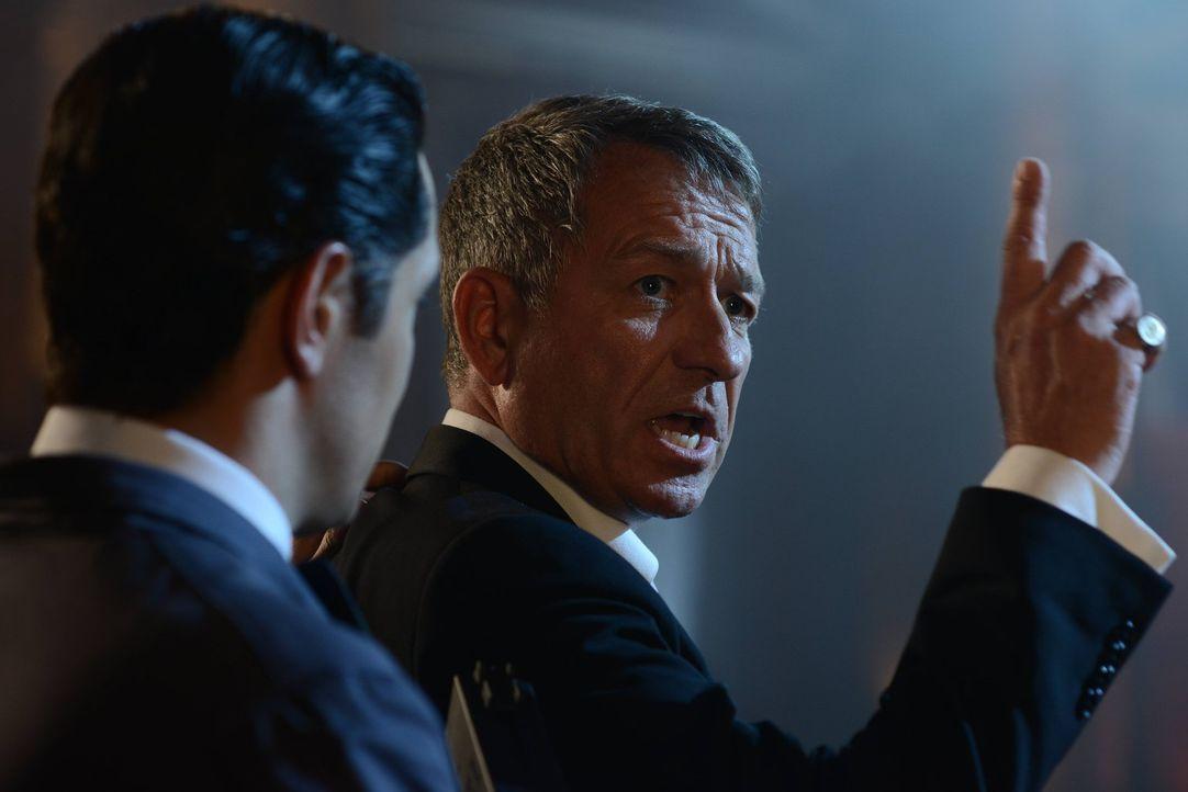 Wird er es schaffen, Bruce Wayne zu beschützen? Alfred (Sean Pertwee, r.) ... - Bildquelle: Warner Brothers
