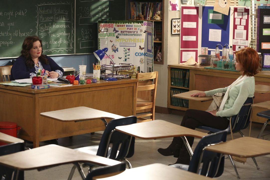 Nachdem Molly (Melissa McCarthy, l.) erfährt, dass Joyce (Swoosie Kurtz, r.) alle ihre künstlerischen Talente aufgab als sie Mutter wurde, beschli... - Bildquelle: Warner Brothers