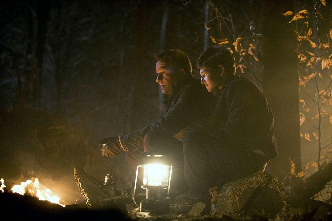 Gemeinsam lassen sie eine Tradition der Waynes weiterleben: Bruce (David Mazouz, r.) und Alfred (Sean Pertwee, l.) ... - Bildquelle: Warner Bros. Entertainment, Inc.