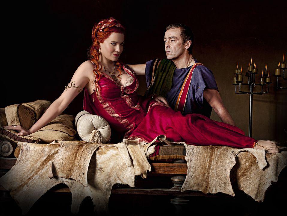 Lucretia (Lucy Lawless, l.), Ehefrau von Batiatus (John Hannah, r.), benutzt Täuschung und Erpressung um dessen Ziele zu erreichen. Spartacus steht... - Bildquelle: 2009 Starz Entertainment, LLC