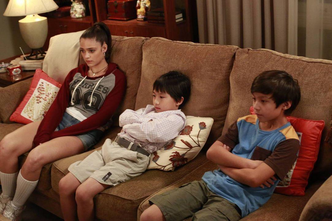 So hat es sich Eddie nicht vorgestellt, die Aufmerksamkeit von Nicole (Luna Blaise, l.) zu bekommen: Seine Eltern haben sie nämlich zum Babysitten f... - Bildquelle: 2015 American Broadcasting Companies. All rights reserved.