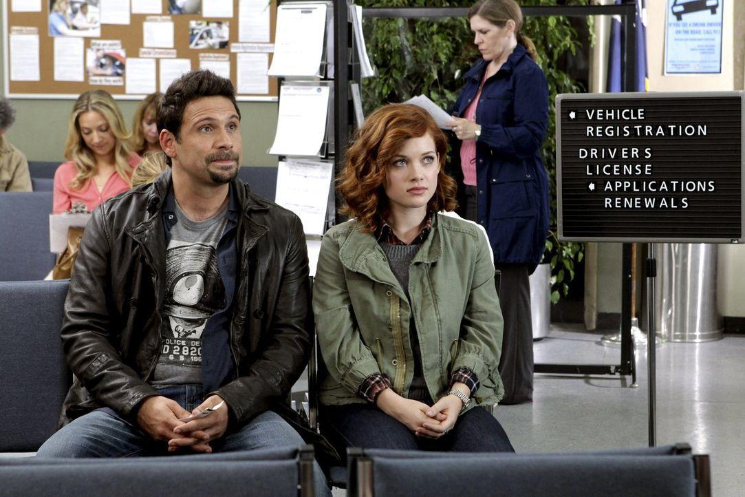 Während Tessa (Jane Levy, r.) endlich im Besitz ihres langersehnten Führerscheins ist, werden George (Jeremy Sisto, l.) beim Eintritt in den Count... - Bildquelle: Warner Bros. Television
