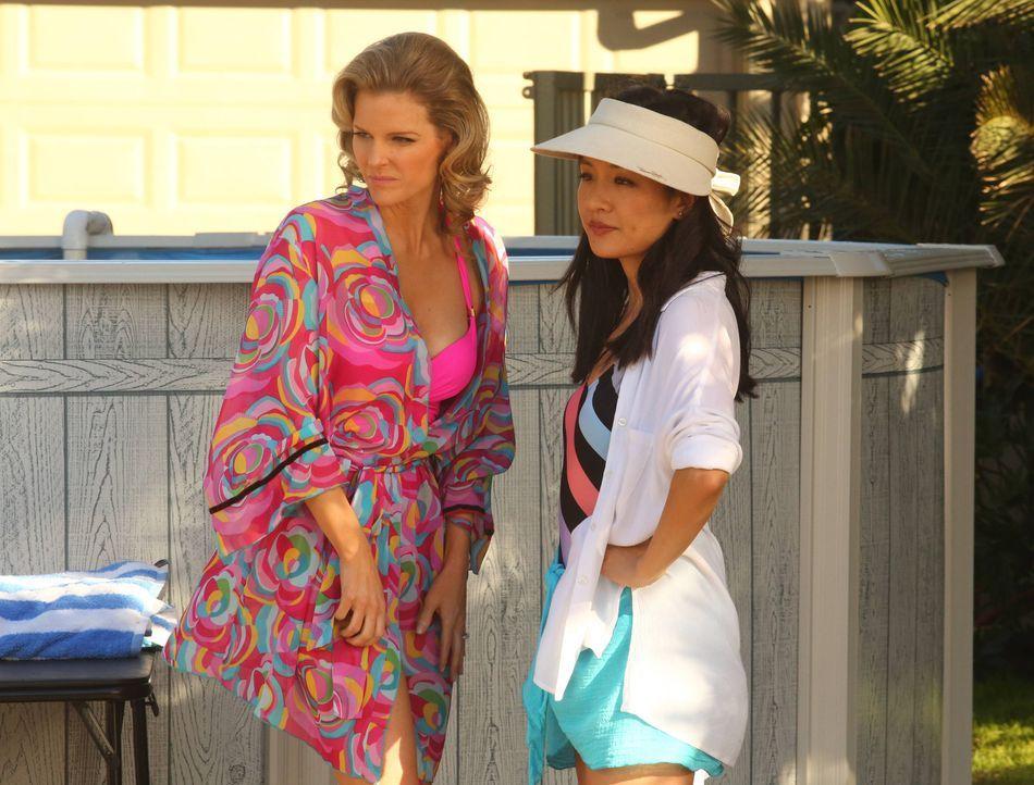 """Jessica (Constance Wu, r.) liebt die Serie """"Melrose Place"""" und ist todtraurig, als das Staffelfinale ausgestrahlt wird. Um ihr Bedürfnis nach Drama... - Bildquelle: 2015-2016 American Broadcasting Companies. All rights reserved."""