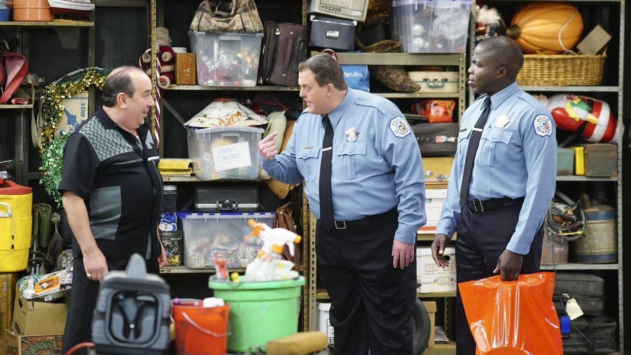 Mike (Billy Gardell, M.) ist schockiert, als er Carl (Reno Wilson, r.) das Boot zeigen will, das er und Vince (Louis Mustillo, l.) auf Vordermann br... - Bildquelle: Warner Brothers