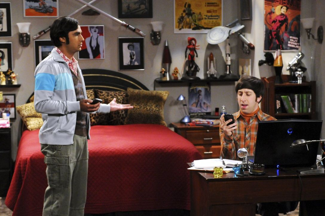 Howard (Simon Helberg, r.) fiebert seinem Ausflug ins All entgegen. Raj (Kunal Nayyar, l.) überlegt sich für ihn einen schnittigen Spitznamen, den a... - Bildquelle: Warner Bros. Television