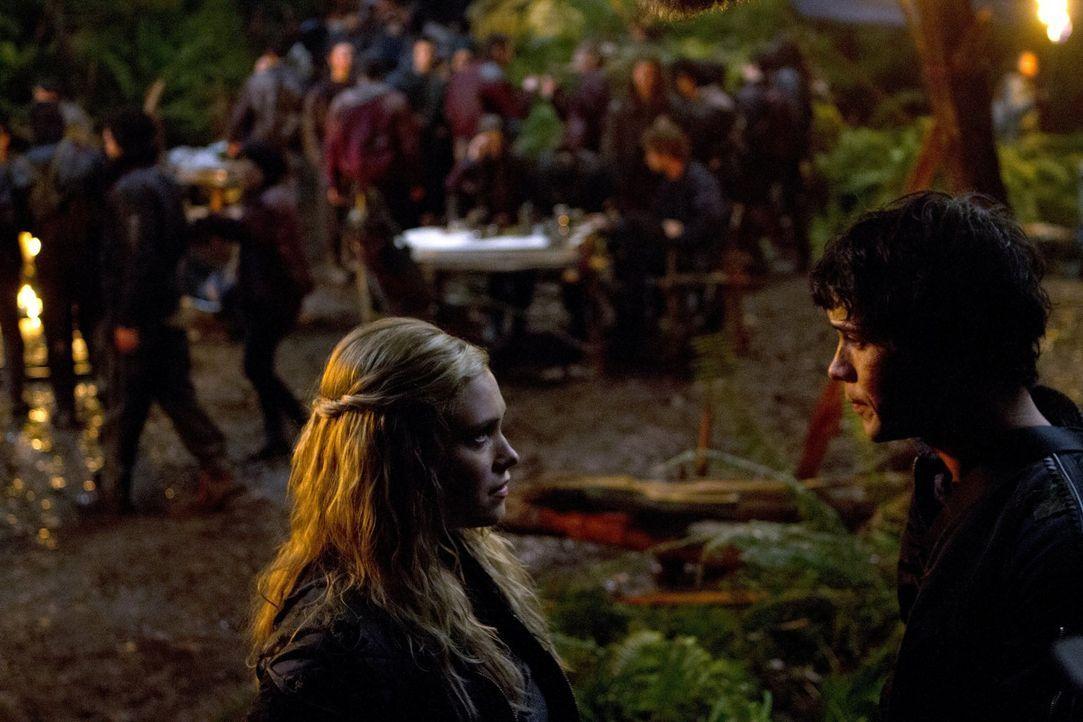 Einigkeitstag: Clarke (Eliza Taylor, l.) und Bellamy (Bob Morley, r.) zeigen auch ihr Übereinkommen ... - Bildquelle: Warner Brothers