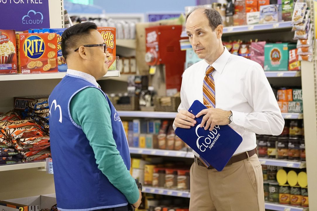 Hat Bezirksleiter Jeff (Michael Bunin, r.) ein Auge auf ihn geworfen? Mateo (Nico Santos, l.) ist sich jedenfalls sicher ... - Bildquelle: Greg Gayne 2016 Universal Television LLC. ALL RIGHTS RESERVED.