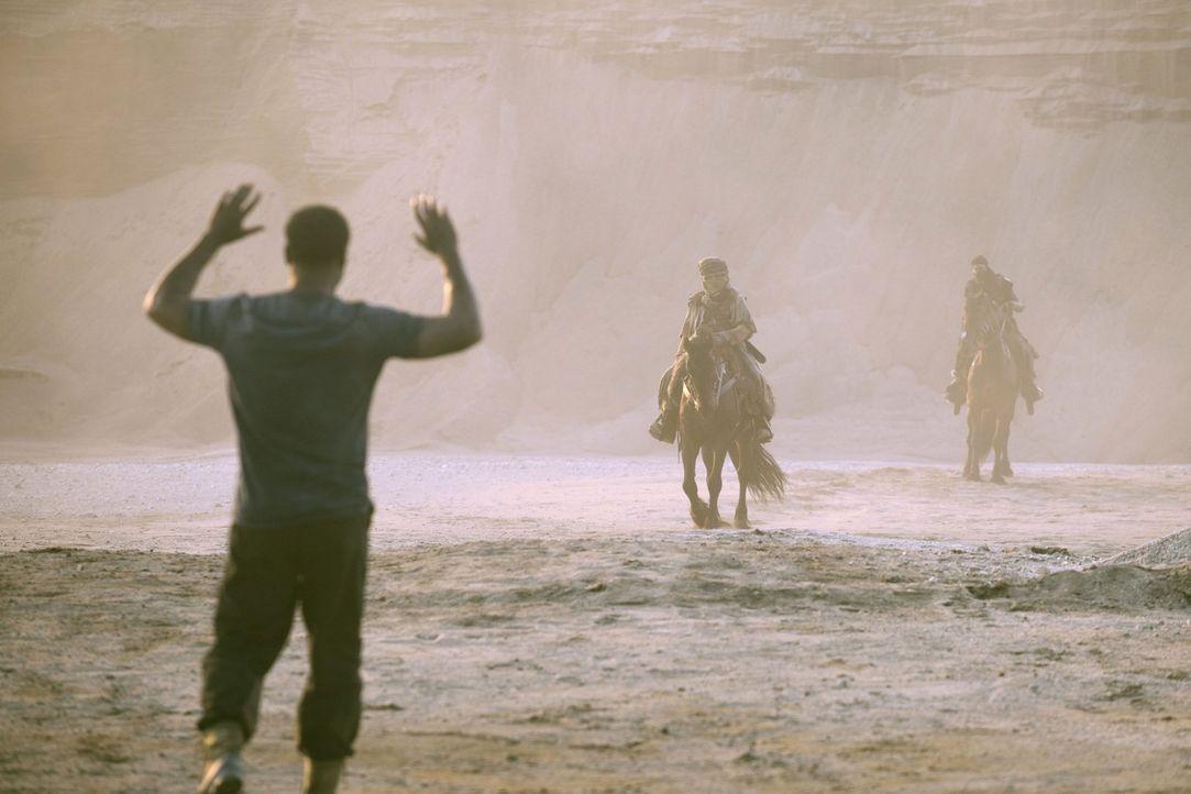 Wird Jaha (Isaiah Washington, l.) seine Retter den gefährlichen Männern ausliefern, nur, um seine eigene Haut zu retten? - Bildquelle: 2014 Warner Brothers