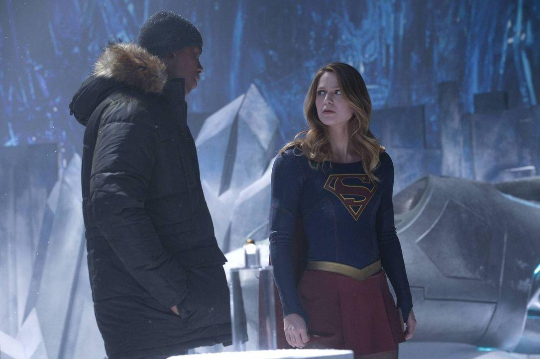 Als ein Wesen namens Indigo National City mit Cyber-Attacken terrorisiert, suchen James (Mehcad Brooks, l.) und Kara alias Supergirl (Melissa Benois... - Bildquelle: 2015 Warner Bros. Entertainment, Inc.