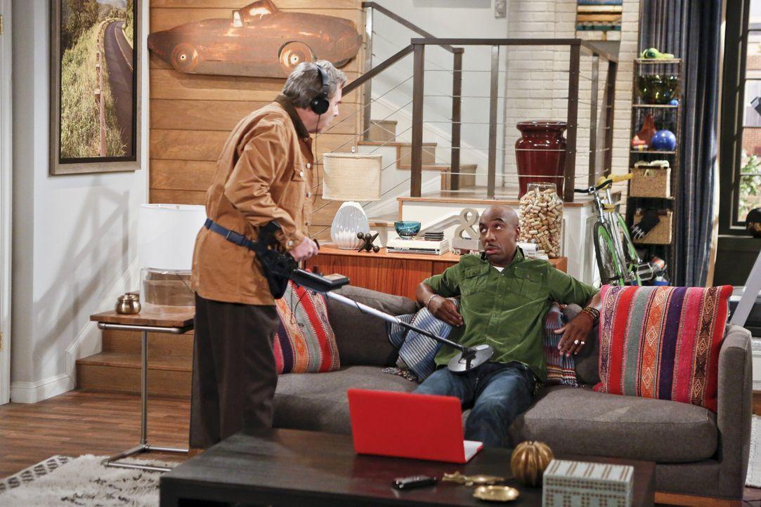 Was ist nur zwischen Ray (J.B. Smoove, r.) und Tom (Beau Bridges, l.) los? - Bildquelle: 2013 CBS Broadcasting, Inc. All Rights Reserved.
