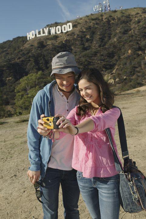 Nach und nach verstehen sich Jessica (Danielle Campbell, r.) und der umschwärmte Sänger Christopher Wilde (Sterling Knight, l.) immer besser, dann... - Bildquelle: Disney
