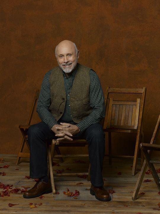 """(2. Staffel) - Ed (Hector Elizondo) ist der Besitzer von """"Outdoor Man"""" und Mikes Boss. Außerdem hat er ein Buch geschrieben, das besagt, wie man das... - Bildquelle: 2011 Twentieth Century Fox Film Corporation"""