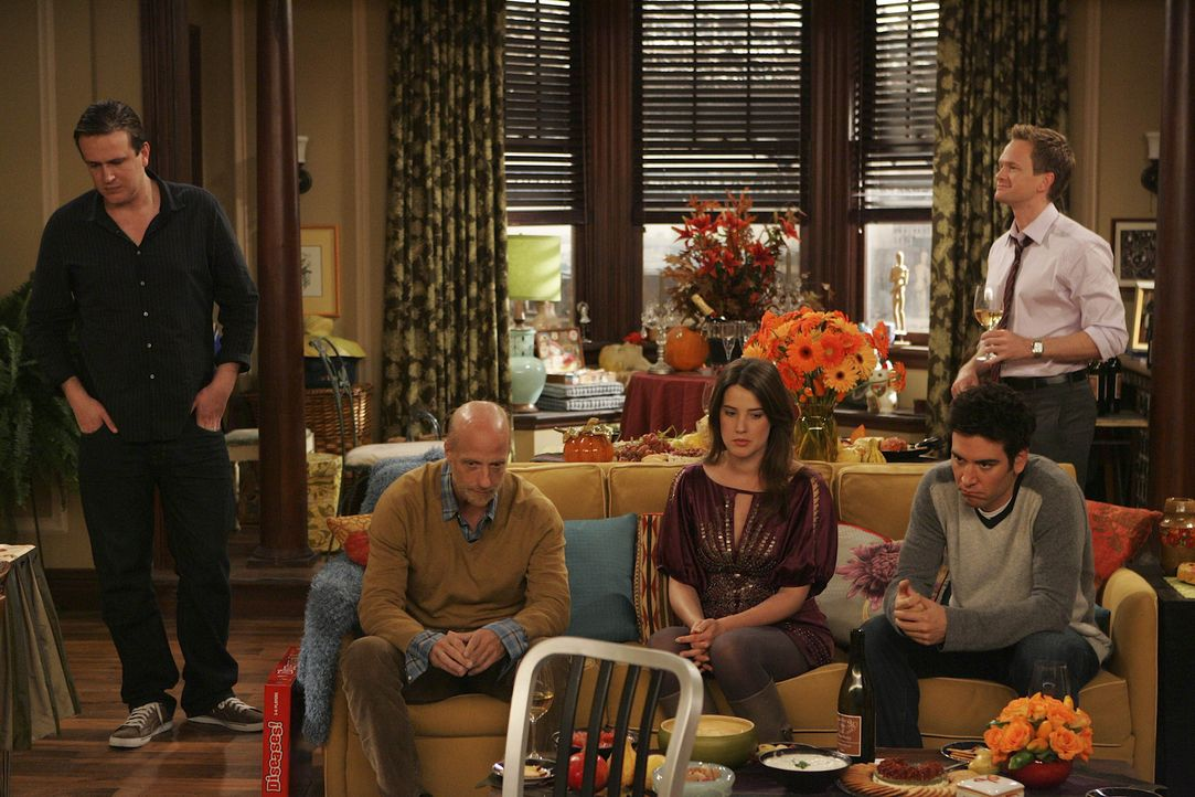Ein ganz besonderes Thanksgiving: Marshall (Jason Segel, l.), Mickey (Chris Elliott, 2.v.l.), Robin (Cobie Smulders, M.), Ted (Josh Radnor, 2.v.r.)... - Bildquelle: 20th Century Fox International Television