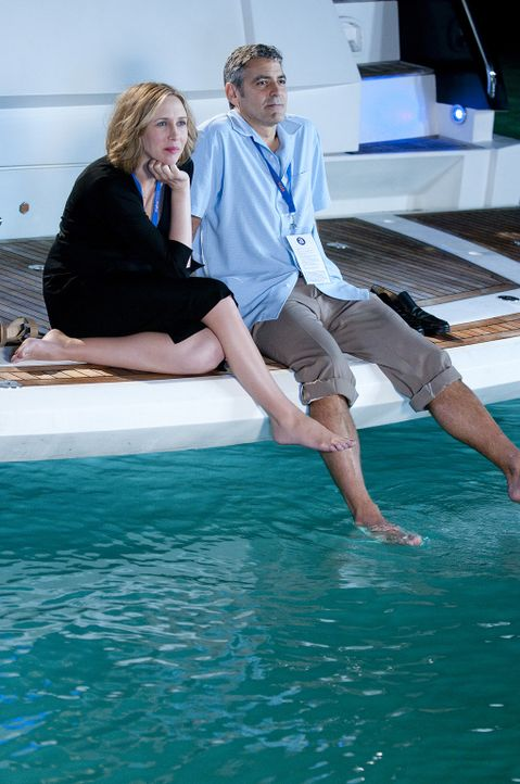 Wider Erwarten weckt Alex (Vera Farmiga, l.) in Ryan (George Clooney, r.) Gefühle, die er längst vergessen hatte ... - Bildquelle: TM and   2009 by DW Studios LLC. All rights reserved.