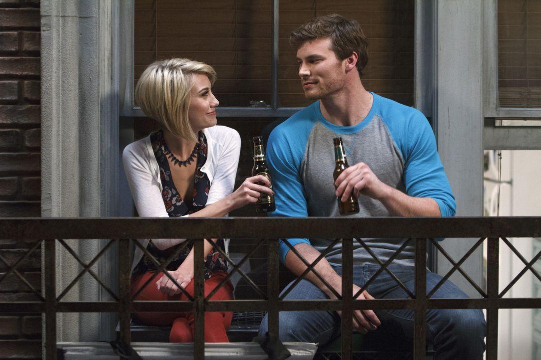 Riley (Chelsea Kane, l.) befürchtet, dass sich die Dinge mit Fitch etwas zu rasant entwickeln und meidet ihn. Gleichzeitig macht sie sich Hoffnungen... - Bildquelle: Bruce Birmelin ABC Family