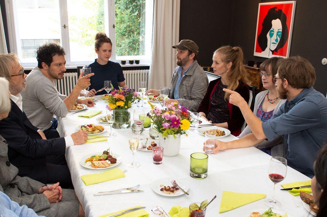 (im Uhrzeigersinn) Ludwig Barner (Volker Lechtenbrink); Fahri (Fahri Yardim); Emily (Emily Cox); Christian (Christian Ulmen); Pheline (Pheline Rogga... - Bildquelle: André Kowalski ProSieben / André Kowalski