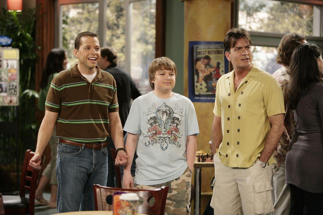 Alan (Jon Cryer, l.) ist mit seinem Bruder Charlie (Charlie Sheen, r.) und seinem Sohn Jake (Angus T. Jones, M.) in einem Coffeeshop.  Dort läuft ih... - Bildquelle: Warner Brothers Entertainment Inc.