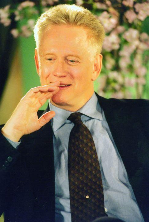 """Der Milliardär Rupert Iris (Bruce Davison) verspricht demjenigen eine Million Dollar, der es schafft, das """"Sex-Fasten"""" einer der Frauen zu brechen... - Bildquelle: Kali Films"""