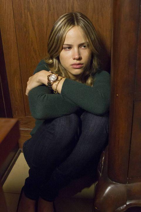 Wird von einem der Entführer brutal eingeschüchtert: Amber Fitch (Halston Sage) ... - Bildquelle: 2013-2014 NBC Universal Media, LLC. All rights reserved.